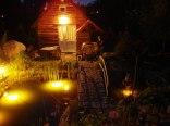 domek drewniany - wejście od strony oczka wodnego