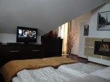 Sypialnia z kominkiem i TV