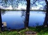 Widok na jezioro przy ogrodzeniu