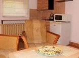Kwatera z aneksem kuchennym i łazienką