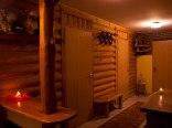 drewniany korytarz z aneksem kuchennym, dużą ławą do jedzenia