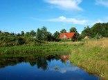 położenie nad stawem na 9 ha Mazurskiego Parku Krajobrazowego