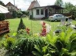 Biały domek - w ogrodzie