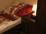 Łóżko pojedyncze w sypialni