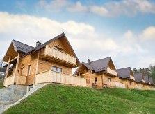 Drewniane domki z kominkiem w Pieninach nad Jeziorem Czorsztyńskim