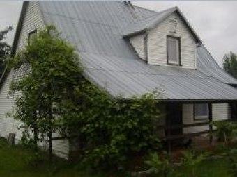 Biały dom nad stawami
