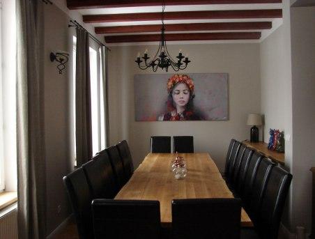 U Zuzannay - salon kominkowy z pięknym stołem