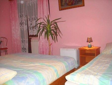 pokój 3-osobowy z łazienką i balkonem oraz m.in. lodówką