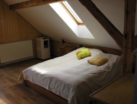 Wygodne łóżko w pokoju na 2 piętrze z klimatyzacją