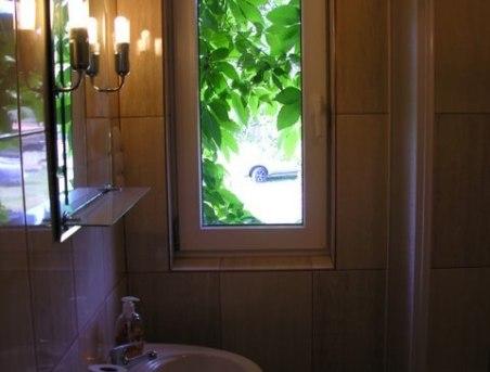 W każdym pokoju łazienka z prysznicem i WC