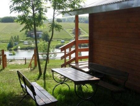 Widok na jezioro z domków Bieszczadzka Miejscówka Zawóz
