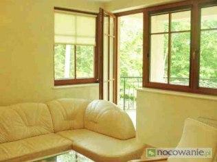 Wejście z salonu na balkon (za dwoma oknami)