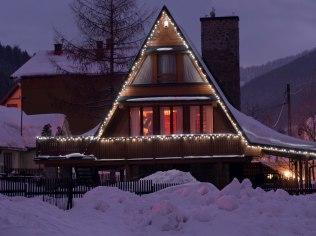 Święta Bożego Narodzenia - Duży Drewniany Stylowy Dom z kominkiem