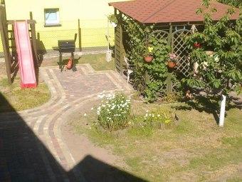 Plac zabaw , piaskownica, posesja ogrodzona.